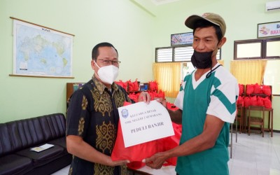 SMK Negeri 2 Semarang Menyerahkan Ratusan Paket ke Korban Banjir di Kota Semarang